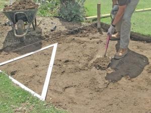 Выкопайте почву для укладки тротуарной плитки во дворе